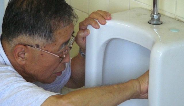 Câu chuyện cảm động về chủ tịch 81 tuổi vẫn đi cọ toilet dù sở hữu doanh nghiệp tỷ Yên - Ảnh 1.