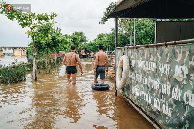 Ảnh, clip: Nước sông Hồng dâng cao, người dân Hà Nội bì bõm tập thể dục - Ảnh 12.