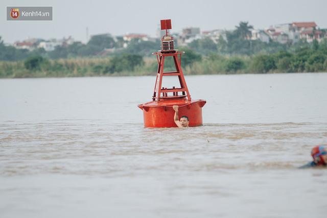 Ảnh, clip: Nước sông Hồng dâng cao, người dân Hà Nội bì bõm tập thể dục - Ảnh 13.