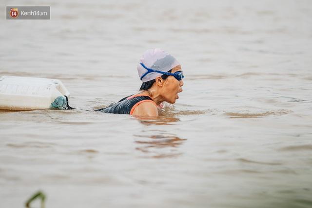 Ảnh, clip: Nước sông Hồng dâng cao, người dân Hà Nội bì bõm tập thể dục - Ảnh 14.