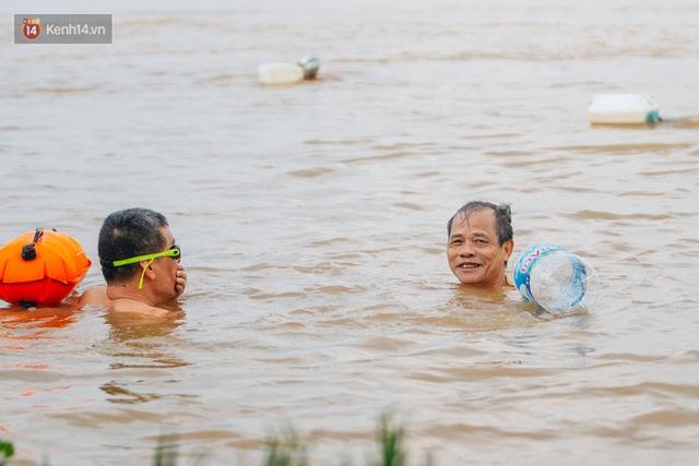 Ảnh, clip: Nước sông Hồng dâng cao, người dân Hà Nội bì bõm tập thể dục - Ảnh 15.