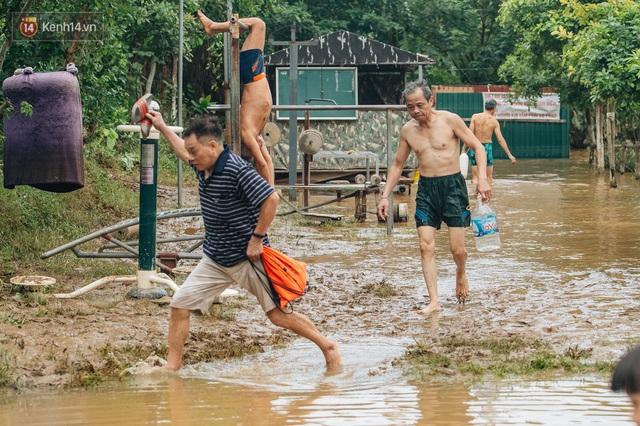 Ảnh, clip: Nước sông Hồng dâng cao, người dân Hà Nội bì bõm tập thể dục - Ảnh 3.