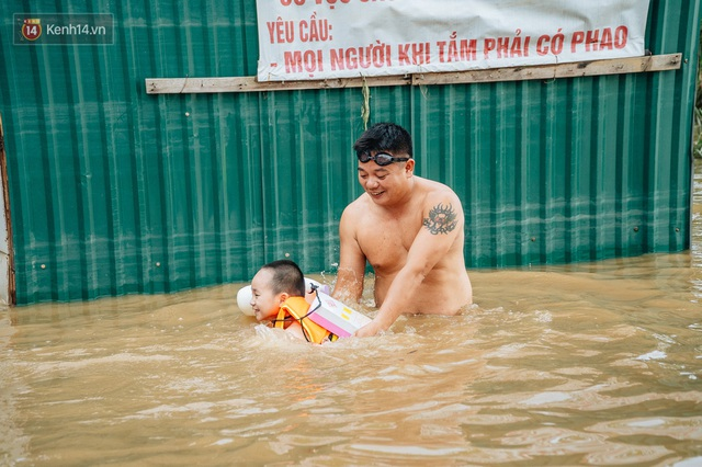 Ảnh, clip: Nước sông Hồng dâng cao, người dân Hà Nội bì bõm tập thể dục - Ảnh 5.