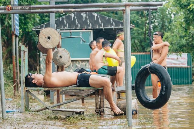 Ảnh, clip: Nước sông Hồng dâng cao, người dân Hà Nội bì bõm tập thể dục - Ảnh 7.