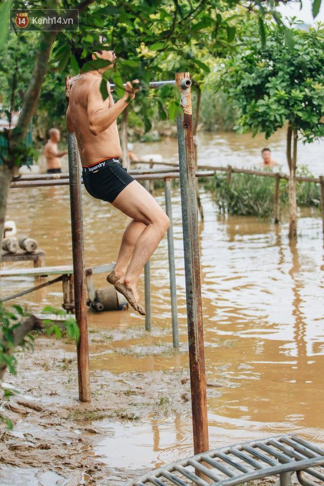 Ảnh, clip: Nước sông Hồng dâng cao, người dân Hà Nội bì bõm tập thể dục - Ảnh 8.