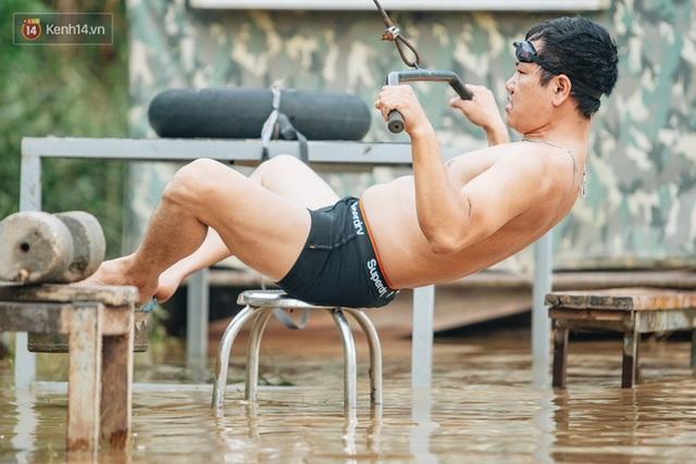 Ảnh, clip: Nước sông Hồng dâng cao, người dân Hà Nội bì bõm tập thể dục - Ảnh 9.