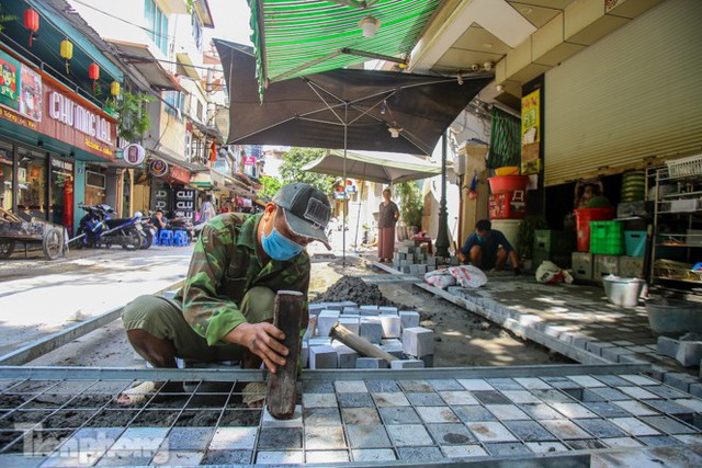 Cải tạo vỉa hè phố ẩm thực không ngủ ở Hà Nội - Ảnh 1.