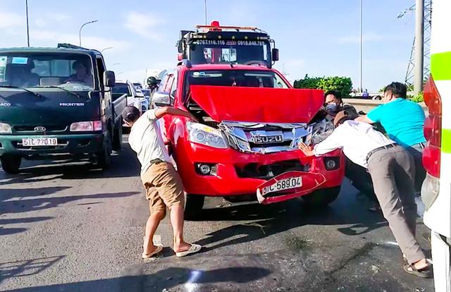 Tai nạn liên hoàn giữa 5 xe ô tô, cửa ngõ phía Tây TPHCM kẹt cứng - Ảnh 1.