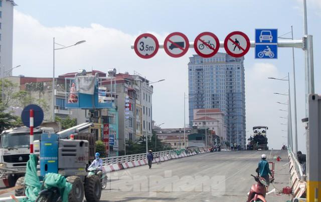 Nhìn gần cây cầu vượt quy mô lớn nhất Hà Nội sắp thông xe - Ảnh 3.
