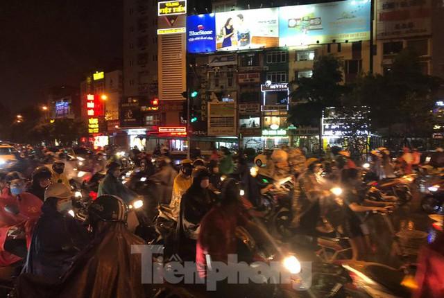 Giao thông tại nhiều tuyến phố Hà Nội tê liệt sau cơn mưa lớn  - Ảnh 1.