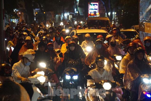 Giao thông tại nhiều tuyến phố Hà Nội tê liệt sau cơn mưa lớn  - Ảnh 2.