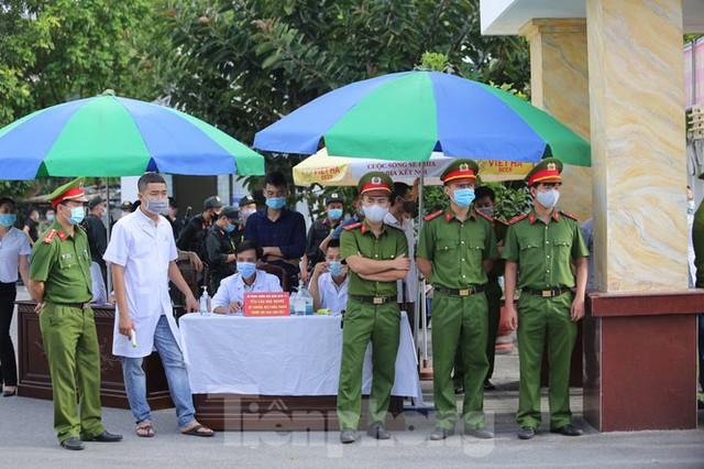 Hàng trăm người dân đội nắng theo dõi vợ chồng Đường 'Nhuệ' và đàn em hầu toà - Ảnh 1.