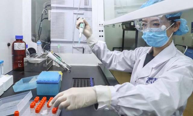 Trung Quốc đã tiêm vaccine Covid-19 cho các bác sỹ từ tháng 7 - Ảnh 1.