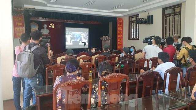 Hàng trăm người dân đội nắng theo dõi vợ chồng Đường 'Nhuệ' và đàn em hầu toà - Ảnh 11.