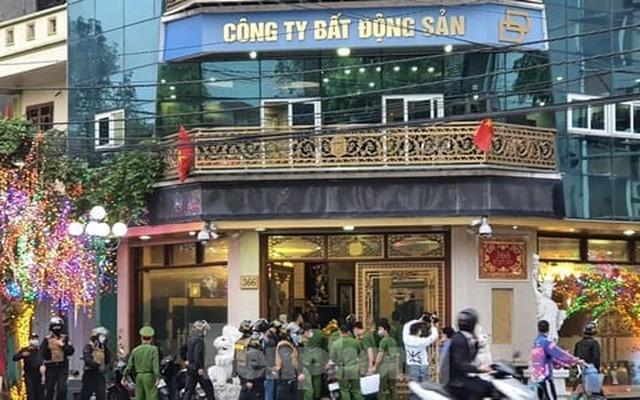 Hàng trăm người dân đội nắng theo dõi vợ chồng Đường 'Nhuệ' và đàn em hầu toà - Ảnh 17.
