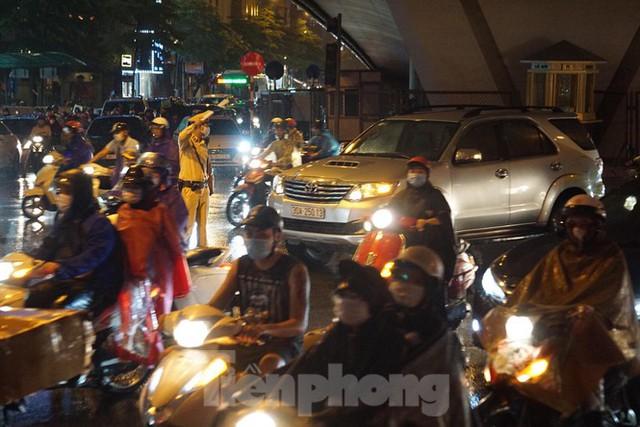 Giao thông tại nhiều tuyến phố Hà Nội tê liệt sau cơn mưa lớn  - Ảnh 3.