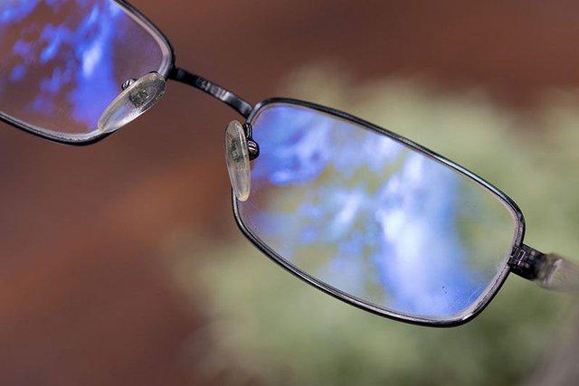 Mắt kính chống ánh sáng xanh từ máy tính và điện thoại có THẬT SỰ có tác dụng bảo vệ mắt như đồn thổi? - Ảnh 3.