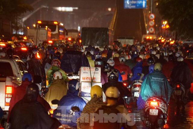 Giao thông tại nhiều tuyến phố Hà Nội tê liệt sau cơn mưa lớn  - Ảnh 4.