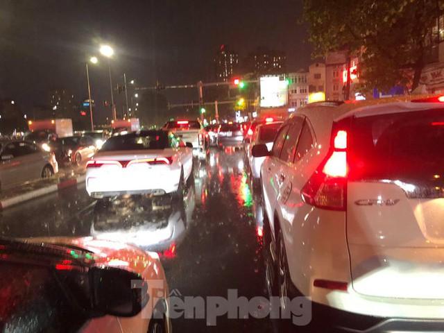 Giao thông tại nhiều tuyến phố Hà Nội tê liệt sau cơn mưa lớn  - Ảnh 5.