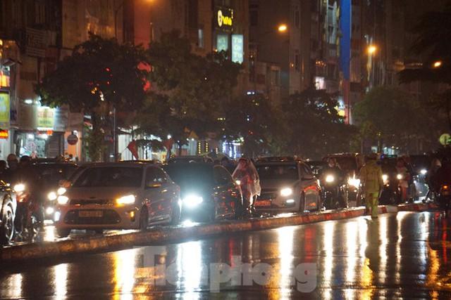 Giao thông tại nhiều tuyến phố Hà Nội tê liệt sau cơn mưa lớn  - Ảnh 6.
