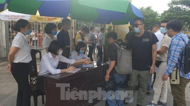 Hàng trăm người dân đội nắng theo dõi vợ chồng Đường 'Nhuệ' và đàn em hầu toà - Ảnh 6.