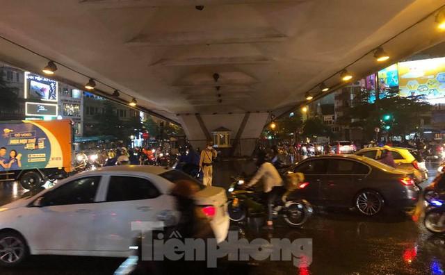Giao thông tại nhiều tuyến phố Hà Nội tê liệt sau cơn mưa lớn  - Ảnh 7.