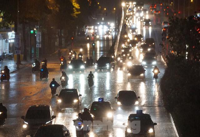 Giao thông tại nhiều tuyến phố Hà Nội tê liệt sau cơn mưa lớn  - Ảnh 8.