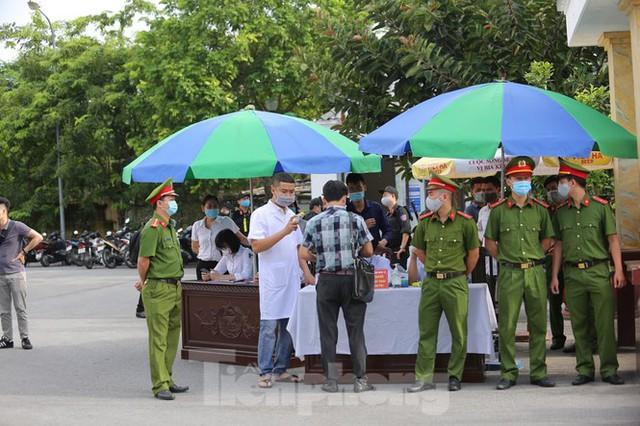 Hàng trăm người dân đội nắng theo dõi vợ chồng Đường 'Nhuệ' và đàn em hầu toà - Ảnh 8.