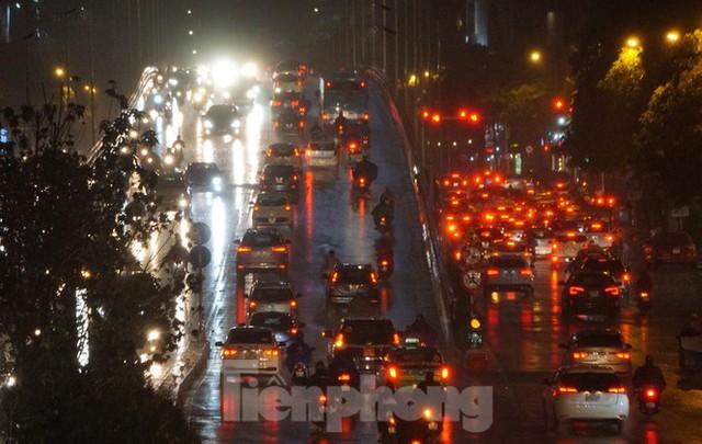 Giao thông tại nhiều tuyến phố Hà Nội tê liệt sau cơn mưa lớn  - Ảnh 9.