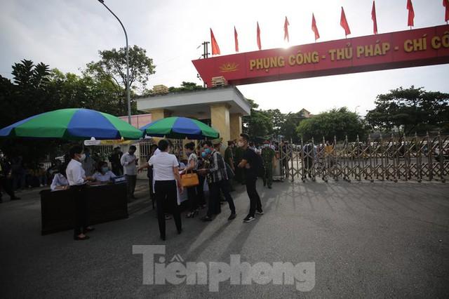 Hàng trăm người dân đội nắng theo dõi vợ chồng Đường 'Nhuệ' và đàn em hầu toà - Ảnh 9.
