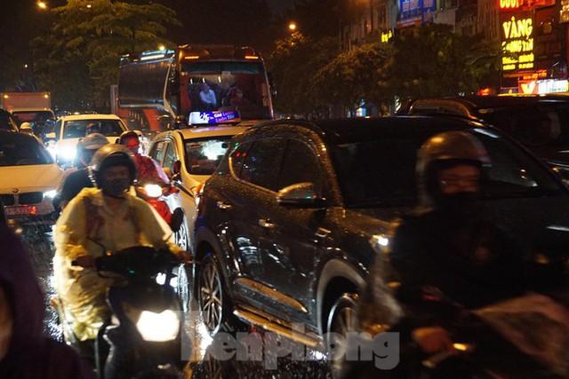 Giao thông tại nhiều tuyến phố Hà Nội tê liệt sau cơn mưa lớn  - Ảnh 10.