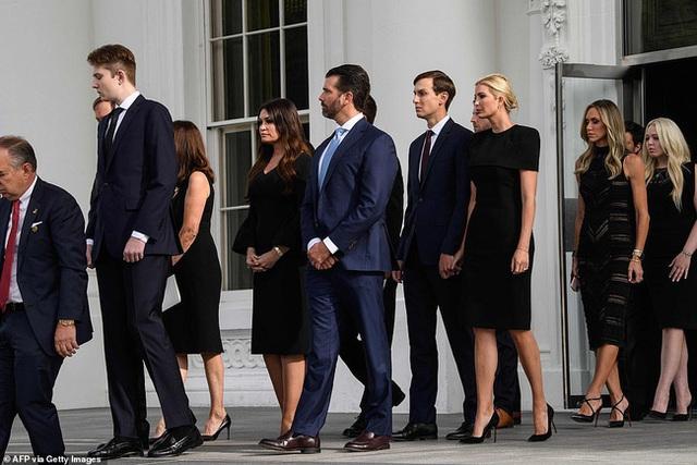 Hình ảnh mới nhất của Hoàng tử Nhà Trắng Barron Trump lại gây chú ý với chiều cao khủng, nhìn lại ảnh 4 năm trước ai cũng ngỡ ngàng - Ảnh 2.