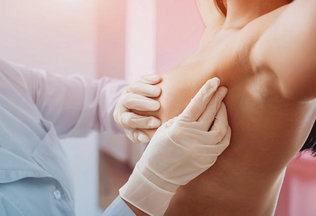 Thấy rõ dấu hiệu nghi ngờ nhưng bác sĩ liên tục chẩn đoán sai, người phụ nữ 35 tuổi quyết tâm làm một việc giúp mình chiến thắng bệnh ung thư vú - Ảnh 1.