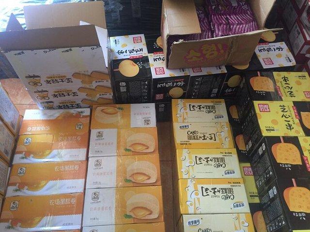 Chặn đứng đường tiến của hàng tấn bánh Trung thu và hộp trà hoa quả uống liền không rõ nguồn gốc - Ảnh 2.