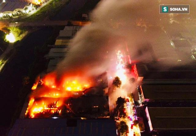 [Ảnh] Toàn cảnh cột lửa cao trăm mét trong vụ cháy kho hàng 3.000 m2 tại KCN Tân Tạo - Ảnh 1.