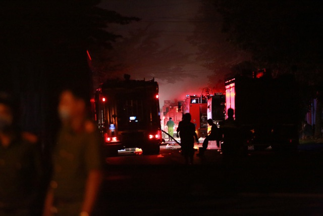 [Ảnh] Toàn cảnh cột lửa cao trăm mét trong vụ cháy kho hàng 3.000 m2 tại KCN Tân Tạo - Ảnh 2.