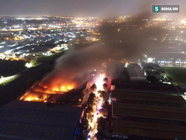 [Ảnh] Toàn cảnh cột lửa cao trăm mét trong vụ cháy kho hàng 3.000 m2 tại KCN Tân Tạo - Ảnh 3.