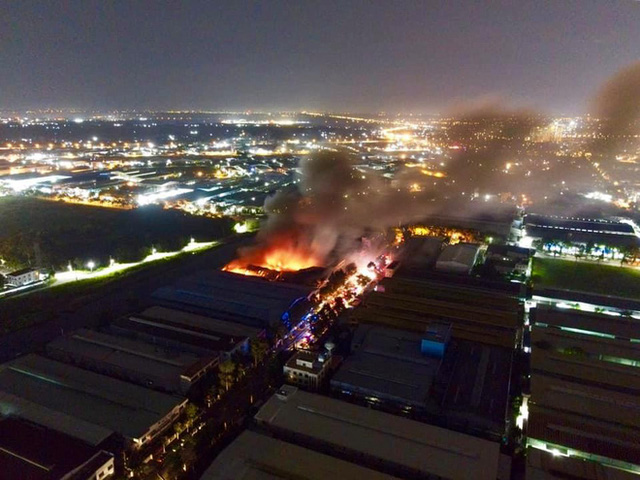 [Ảnh] Toàn cảnh cột lửa cao trăm mét trong vụ cháy kho hàng 3.000 m2 tại KCN Tân Tạo - Ảnh 4.