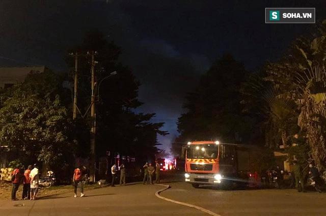 [Ảnh] Toàn cảnh cột lửa cao trăm mét trong vụ cháy kho hàng 3.000 m2 tại KCN Tân Tạo - Ảnh 7.