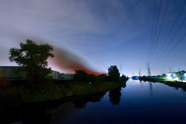 [Ảnh] Toàn cảnh cột lửa cao trăm mét trong vụ cháy kho hàng 3.000 m2 tại KCN Tân Tạo - Ảnh 9.