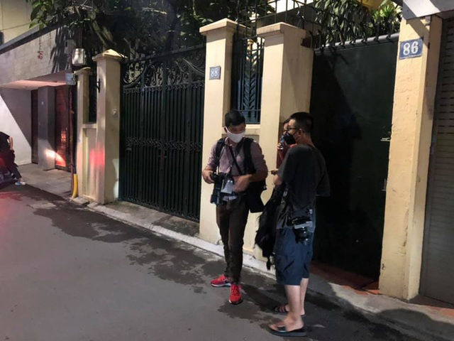 [NÓNG] Công an đang khám nhà ông Nguyễn Đức Chung - Ảnh 3.