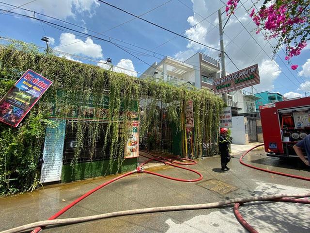 Nhà hàng tiệc cưới ngoài trời ở Sài Gòn bốc cháy ngùn ngụt giữa trưa - Ảnh 2.