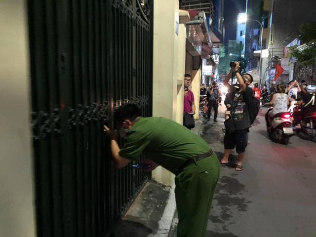 [NÓNG] Công an đang khám nhà ông Nguyễn Đức Chung - Ảnh 1.