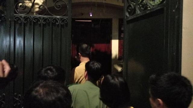 [NÓNG] Công an đang khám nhà ông Nguyễn Đức Chung - Ảnh 4.