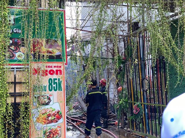 Nhà hàng tiệc cưới ngoài trời ở Sài Gòn bốc cháy ngùn ngụt giữa trưa - Ảnh 3.