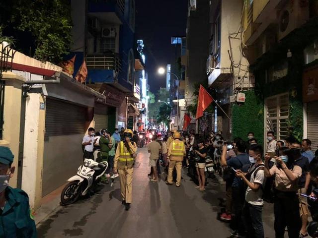 [NÓNG] Công an đang khám nhà ông Nguyễn Đức Chung - Ảnh 9.