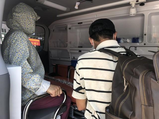 Ông Đoàn Ngọc Hải mua xe cứu thương, tự cầm lái chở bệnh nhân nghèo về quê miễn phí - Ảnh 1.