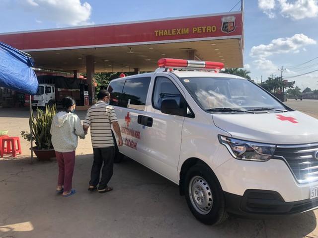 Ông Đoàn Ngọc Hải mua xe cứu thương, tự cầm lái chở bệnh nhân nghèo về quê miễn phí - Ảnh 2.