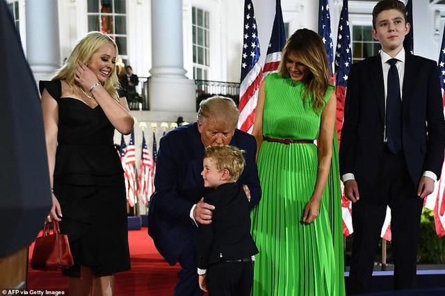 Hoàng tử Nhà Trắng xuất hiện nổi bật, điển trai nhưng lần này bị cháu trai 4 tuổi tranh giành spotlight - Ảnh 5.