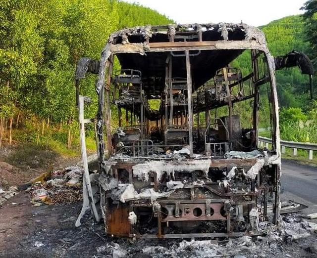 Xe khách giường nằm chở 40 người cháy rụi trong đêm  - Ảnh 2.